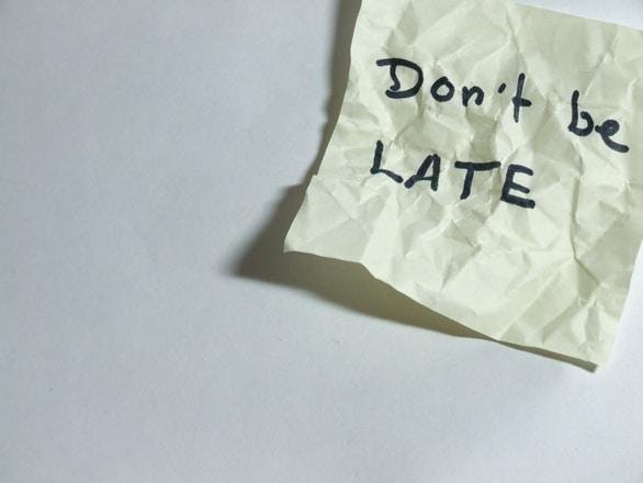 מאחרת