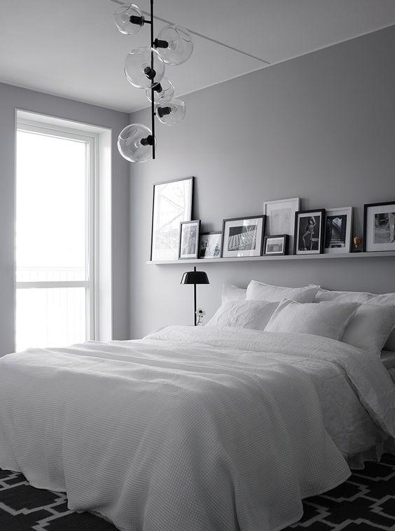 מדף תמונות בחדר השינה